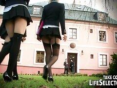 دختر جوان با کفش ورزشی با كانال تلگرام سكسي یک معلم خصوصی در رابطه جنسی مقعدی مشغول است