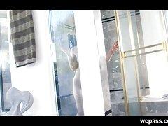 زن جوان آسیایی در استودیو با لباس کوتاه اجرا می كانال گيف سكسي کند